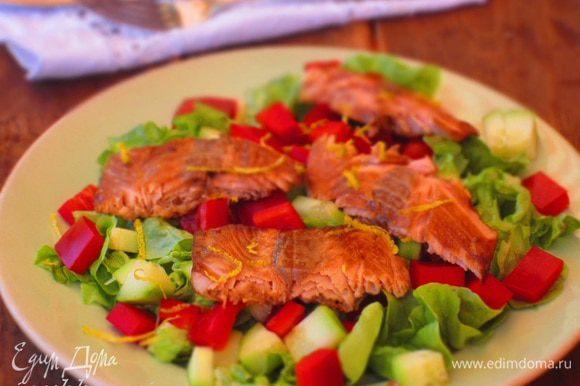 Разогреть на сковороде 1 ст.л. оливкового масла и обжарить рыбу по 5 минут с каждой стороны. Затем нарезать ломтиками и выложить на салат. Приятного аппетита:)