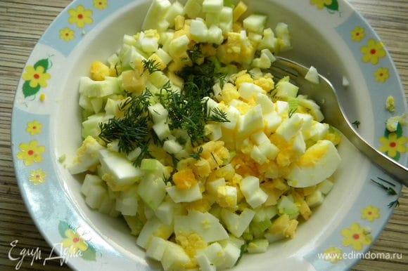 Начинка: вареное яйцо мелко режем, кабачок тоже, укропчик, чеснок, соль по вкусу,тв. сыр, всё смешиваем.