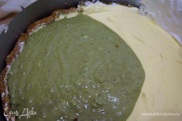Вылить половину суфле на творожный слой.
