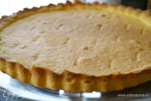 Готовую основу для тарта остудить и переложить на сервировочное блюдо.