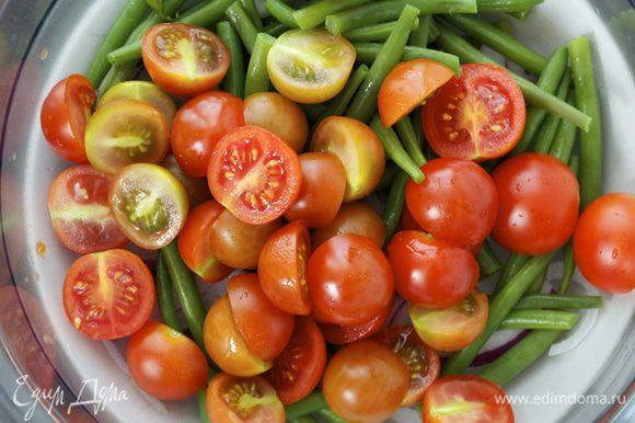 Добавить нарезанные пополам помидорки-черри...
