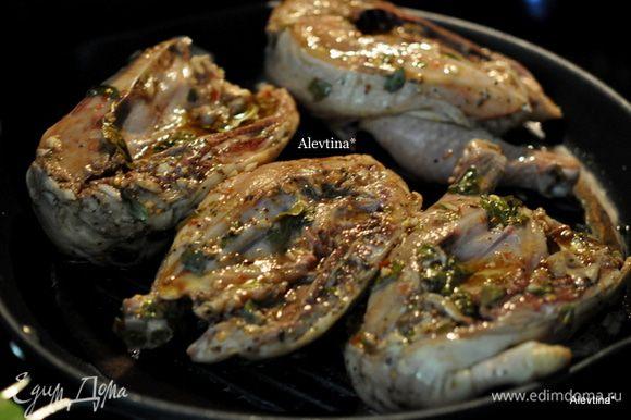 Сковороду смазать маслом, выложить 4 части корниш хен. Сверху тарелку и груз и жарить раз перевернув, до готовности. Если готовим на гриле используйте специиальные подносы из фольги для гриля.