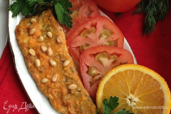 Все готово!!! При подаче посыпаем скумбрию кедровыми орешками, украшаем зеленью и ломтиками помидоров. Подаем с вашим любимым гарниром. Отлично подойдет овощной салат, рис или картофель.