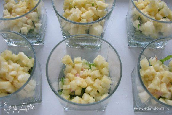 Затем выложить ананасы.