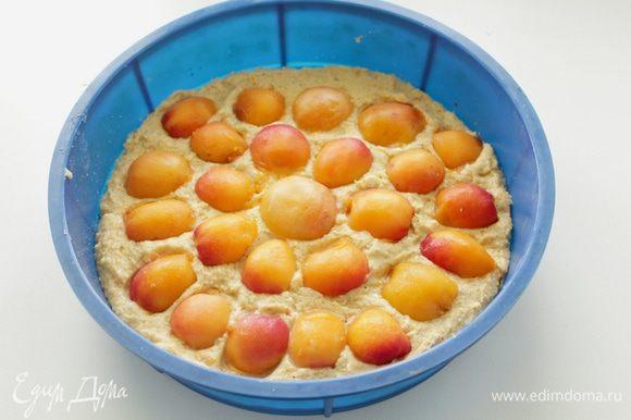 Выложить тесто в форму 22-24, сверху положить дольки абрикосов, слегка их вдавив в тесто.