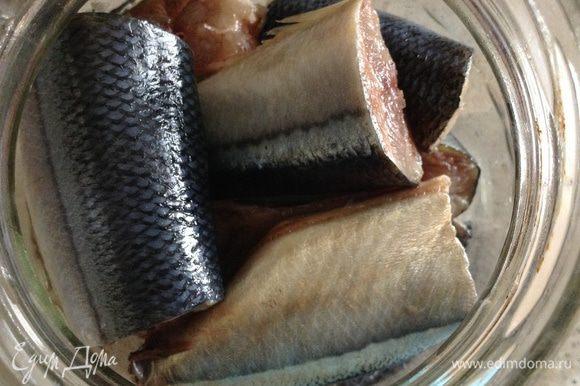 Уложить в банку (у меня 700 г). В остывший рассол добавить уксус и залить рыбку.