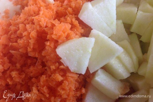 Морковь очистите и натрите на крупной терке. Яблоко очистите, удалите сердцевину, нарежьте кубиками.