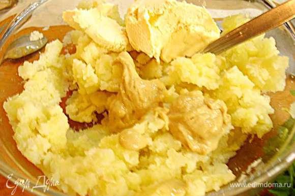 Вынутую часть картофеля размять. К размятой мякоти картофеля добавить сливки, горчицу, соль, перец. Совет горчицу кладите постепенно и ориентируйтесь на ваш вкус, в ингредиентах я указала ее не отступая от оригинального рецепта.