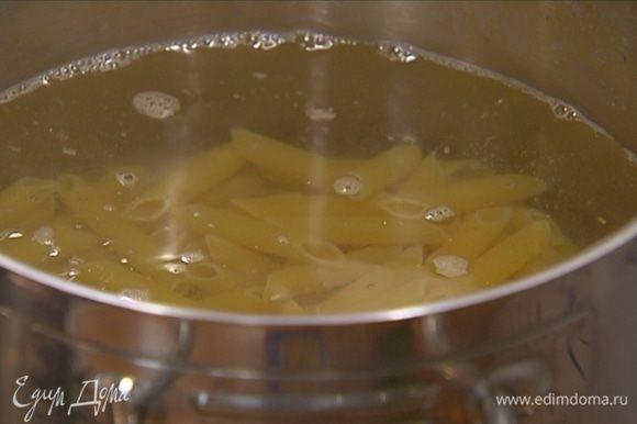Макароны отваривать в подсоленной воде на пару минут меньше, чем указано в инструкции на упаковке, затем воду слить и вернуть макароны обратно в кастрюлю.