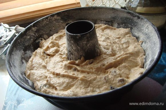 Смазать форму маслом и посыпать мукой, выложить тесто.