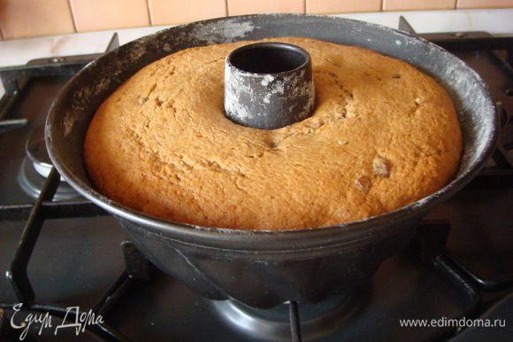 """В разогретую духовку при температуре 180 градусов минут 45, проверяем лучинкой (должна выходить сухой) до готовности. Остужаем и вынимаем из формы, т.к. пирог мягкий. Можно печь и в мультиварке в режиме """"выпечка"""" 1 час."""