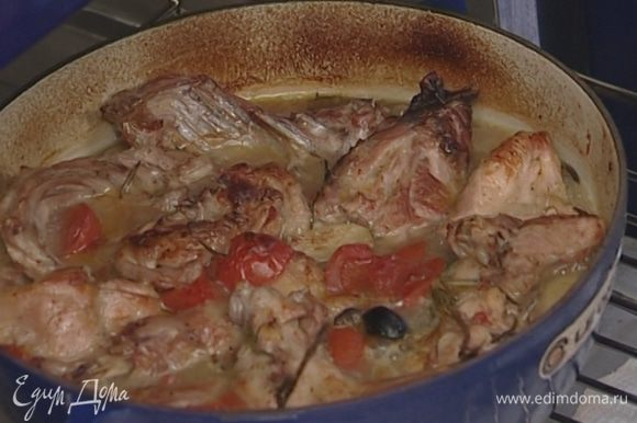 Накрыть сковороду крышкой и поставить в разогретую духовку на 25 минут, затем снять крышку и тушить еще 5–7 минут.