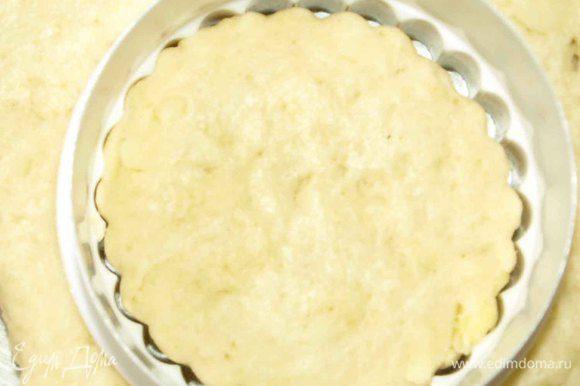 Тесто раскатываем в пласт 2 см, вырезаем круглой формочкой для печенья (диаметр 7 см).