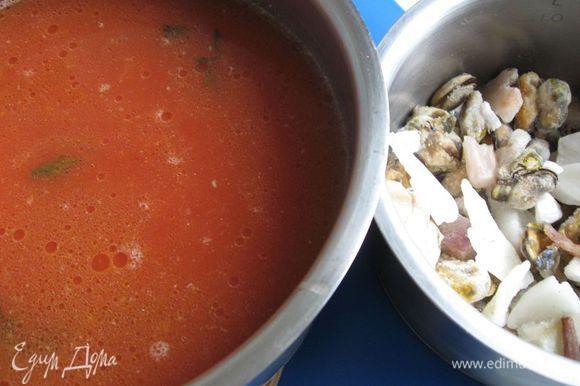 Влить в бульон содержимое сковороды, довести до кипения. Уменьшить огонь и варить 15 мин. Добавить в кастрюлю со слегка кипящей жидкостью коктейль из морепродуктов, кусочки форели и варить 7 – 8 мин. на небольшом огне.