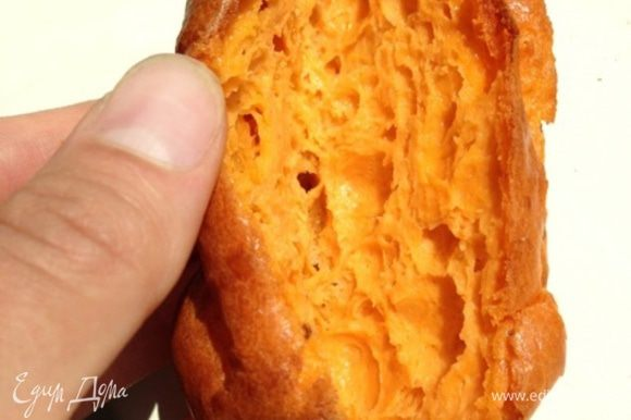 Вот такие красновато-золотистые эклеры получаются в итоге. Даем им остыть, а пока займемся кремом.