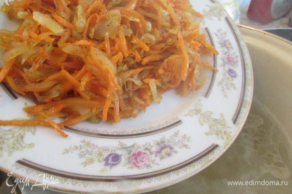 Затем добавить обжаренный лук с морковкой, дать снова супчику закипеть.