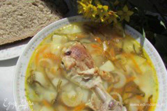 Разлить суп по тарелкам. В Каждую тарелку выложить кусочек жареной курицы. Приятного аппетита!