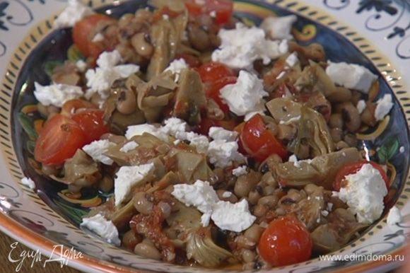 Козий сыр раскрошить руками и выложить на салат.