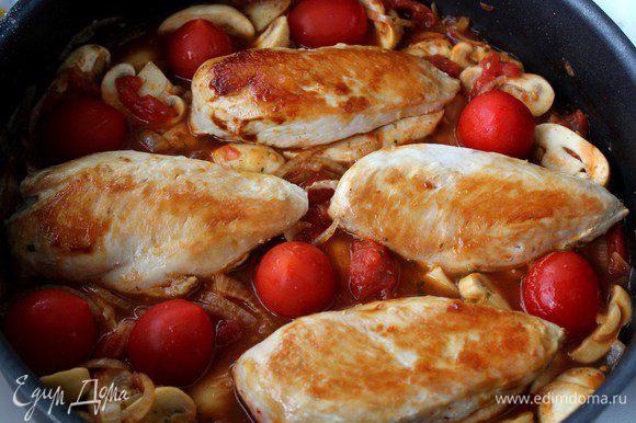 Вернуть на сковороду куриное филе, выложить черри, довести соус до кипения. Тушить 15 минут на слабом огне до готовности филе и до загустения соуса. Филе один раз перевернуть.