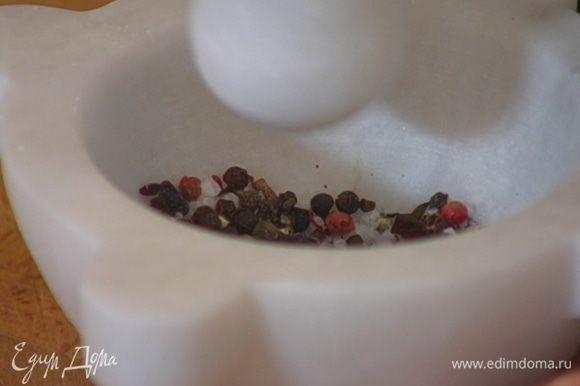 Приготовить сухой маринад: в ступке растереть можжевельник, гвоздику, щепотку кайенского перца, смесь перца и соль.