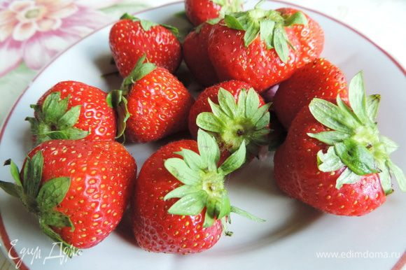 В сезон клубники рекомендую приготовить мороженое из свежих ягод. Но если вам захочется полакомится им и в дальнейшем, то скажу, что с успехом можно воспользоваться и замороженной ягодой. Клубнику, моем, перебираем, удаляем хвостики.