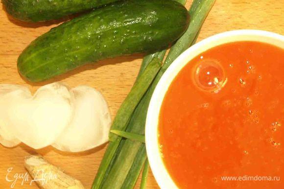 Огурцы нарезанные кубиками, петрушку, лук (только зеленые перья) мелко нарезать, имбирь почистить, натереть на терке или целым куском, лед, томатный сок отправить в блендер и взбить до однородности. Добавить соль, перец, лимонный сок и сразу подавать.