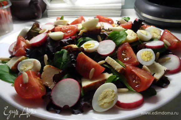 Украсить салат кедровыми орешками. Посолить и поперчить.