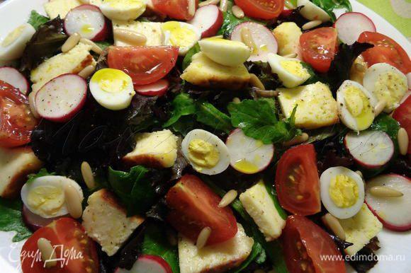 Заправить салат маслом авокадо и маслом грецкого ореха. И наслаждаемся изумительно-вкусным салатом с летними овощами!)