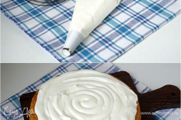Собираем торт: Крем – чиз поместить в кондитерский мешок с круглой насадкой и по спирали выдавить его на поверхность бисквита. Так же, можно обойтись без кондитерского мешка, просто выложить крем –чиз ложкой на поверхность бисквита.