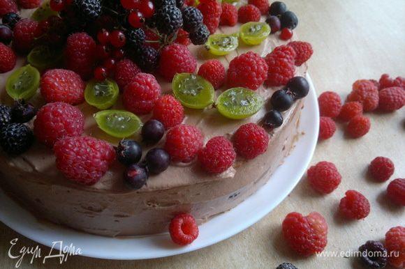 Накрываем другим бисквитным коржом. Густо смазываем кремом и укладываем ягоды на торт. У меня получился вот такой летне-ягодный торт. Приглашаю на десерт всех! Угощайтесь!!!