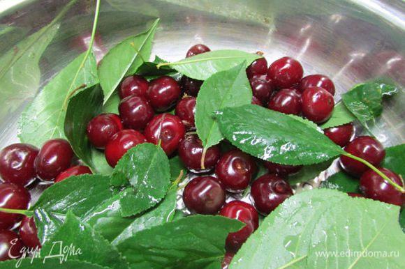 Выложить в кастрюлю или глубокую сковороду ягоды и листья. Ягоды не мять!!!!!