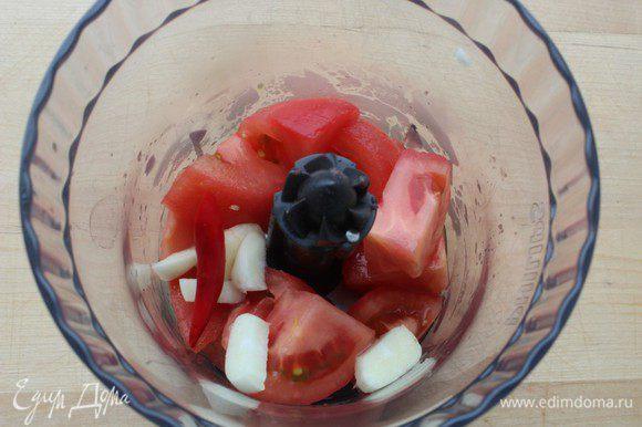 Помидоры нарезать и положить в чашу блендера. Туда же добавить чеснок и перец чили (без семян). Измельчить...