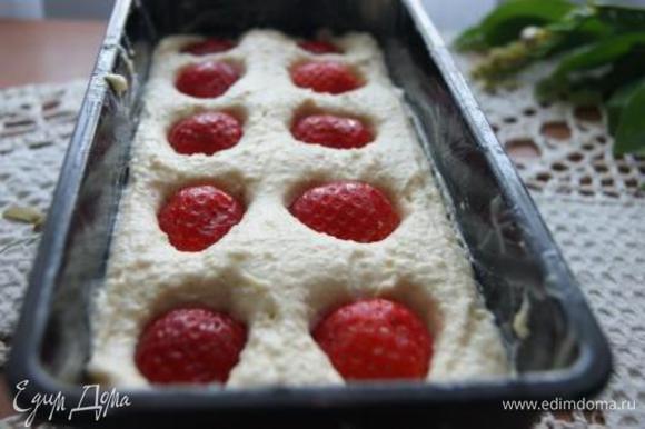 Тесто выложить в форму, сверху выложить ягоды, слегка придавливая.