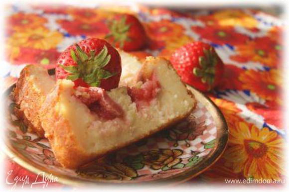 Приготовить лимонную глазурь. Соединить сахарную пудру с лимонным соком. Пропитать глазурью пирог. И подавать! Приятного аппетита!!!