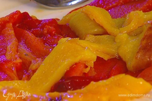 Сладкий перец предварительно запечь в разогретой духовке, затем удалить кожицу и семена, мякоть нарезать полосками.