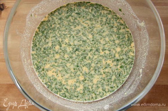 Соль, перец и петрушку добавить к жидкому тесту. Поставить массу в холодильник на полчаса.