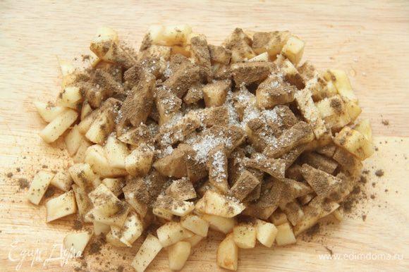 Яблоко очистить от кожуры, перегородок и семян, нарезать небольшими кусочками. Присыпать корицей и сахаром, перемешать.