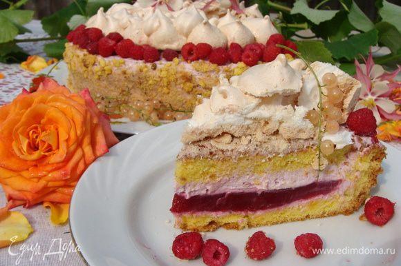 Далее выкладываем меренгу на середину торта. Важно!!!!! Если вы подаете торт сразу или через пару часов, не ставьте торт с меренгой в холодильник, иначе от сырости она станет липкой и не вкусной. Можно хранить меренгу в закрытом сухом контейнере, а перед подачей выложить на торт!!