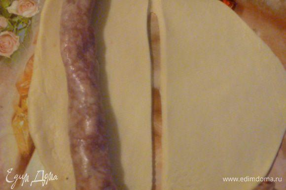 Теперь нужна колбаса. У меня уже готовая домашняя замороженная. Я каждый год держу свинку и у меня в морозилке всегда есть колбаска. Вы можете взять любую домашнюю колбасу по своему рецепту. Мясо, сало, чеснок пропустить через мясорубку или порезать на мелкие кусочки. Здесь на любителя. Чеснока можно больше, можно вообще не добавлять... Солим и добавляем специи по вкусу. Мне очень нравятся Прованские или итальянские травы... Отличное сочетание. Дать минимум час на вызревание в холодильнике. Можно сделать заранее. Затем с помощью специальной насадки на мясорубку начинить кишку фаршем, завязать концы. Для тех, у кого нет кишки. Взбиваем белки с водой в пену и добавляем в фарш, хорошо перемешать. Далее делим тесто на кусочки, тонко раскатываем, разрезаем на полоски, кладем колбасу или фарш в виде колбасы.