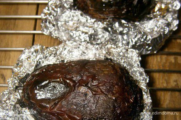 Свеклу хорошо вымыть, смазать растительным маслом (1 ст. л.), завернуть в фольгу и запечь в духовке (я запекала на гриле) до готовности (около 1 часа). Готовность проверить ножом. Дать остыть.
