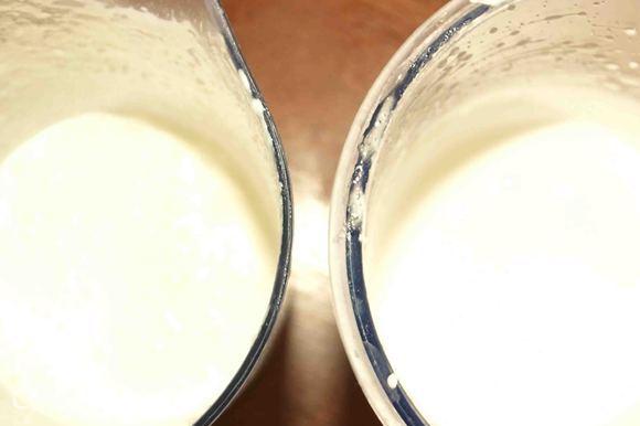 Куриные яйца хорошо вымыть теплой водой, обсушить. Разделить на желтки и белки. Белки взбить с половиной сахара и 1/2 ч.л лимонного сока. Сливки взбить добавив загуститель для сливок. Если сливки взять 35 процентные, то загуститель не нужен.