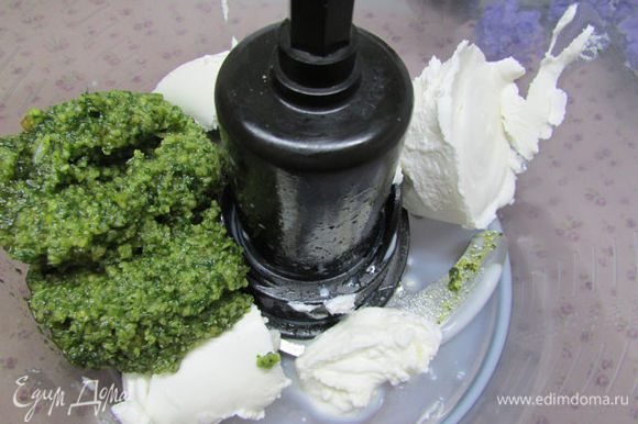 Приготовить начинку. Положить в чашу блендера сливочный сыр, молоко, соус песто.