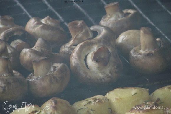 Главное, не покидать мангал без присмотра, поскольку грибы очень нежный продукт и могут быстро сгореть. Поэтому постепенно переворачиваем грибы.