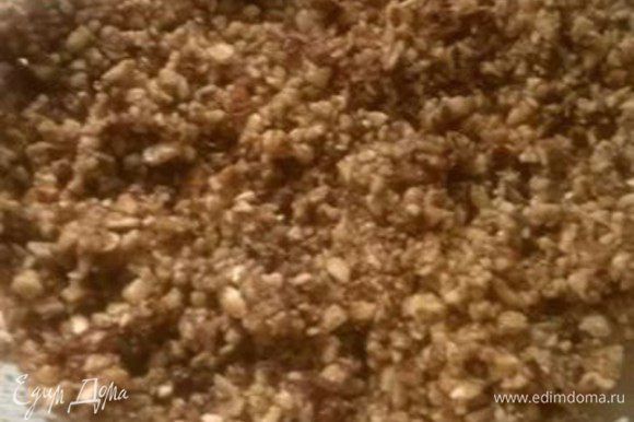 И добавим розовую воду. Орехи смочить этой жидкостью, чтобы они не рассыпались, причем, не надо выливать всю жидкость, добавляйте понемногу, как только орехи начнут прилипать друг к другу, значит достаточно.