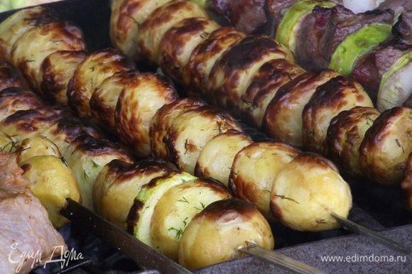 Готовим блюдо для готового картофеля заранее — выложим несколько слоев фольги, так как картофелю несколько минут необходимо будет отдохнуть. На приготовление ушло 20 минут. Готовность картофеля проверяем при помощи ножа или зубочистки.