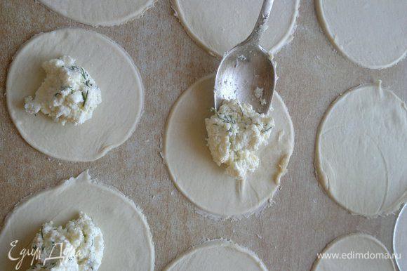 Раскатываем лист слоеного теста. Формой (я выдавливала большой чашкой) делаем лепешки.