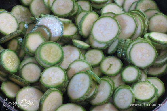 Цукини нарезать кружочками. Разогреть в другой сковороде 1 ст.л. оливкового масла и обжарить овощи 6-8 минут.Посолить,поперчить по вкусу.