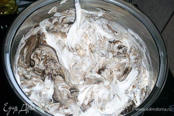 Сделаем заготовку для крема. Сметану (берите некислую с жирностью 25% и выше, в идеале - домашнюю жирную) нагреваем с шоколадом на медленном огне, постоянно помешивая. На фото - начало процесса. Шоколад начинает плавиться. До кипения не доводить! Как только шоколад расплавится - снимаем с огня и отправляем остывать в холодное место. Затем убираем в холодильник.