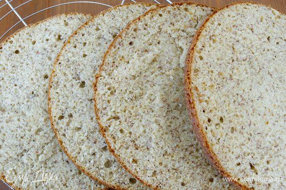 Оба остывших бисквита разрезать пополам. У нас получится 4 коржа... (Бисквит получился пышный и ароматный. Возможно, вам захочется использовать его как основу для СВОЕГО торта!)