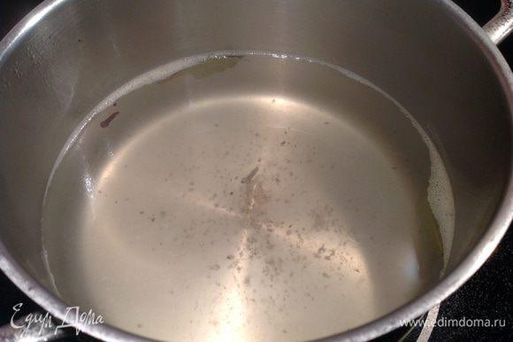Приготовьте рассол: вскипятите воду и добавьте в нее соль, сахар, лимонный сок, гвоздику, лавровый лист, перец, доведите до кипения и дайте покипеть 5 минут.